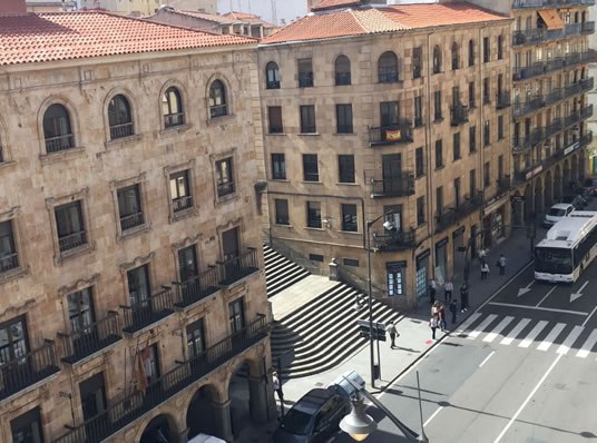 PROYECTOS EN VENTA En una luminosa 4ª planta, a 1 minuto de la plaza Mayor de Salamanca, en la Gran Vía, entrada por plaza san Julián: es un piso de 3 habitaciones y 2 baños, con reforma completa en altas calidades, incluida la renovación de las instalaciones. 102 metros cuadrados útiles. Precio_358.000_EUR · OYRSA · Avda. Portugal, n.º 73 · 37005 Salamanca